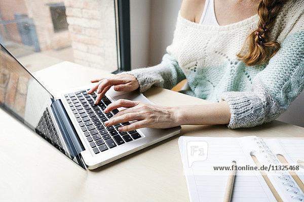 Frau arbeitet mit Laptop  Teilansicht