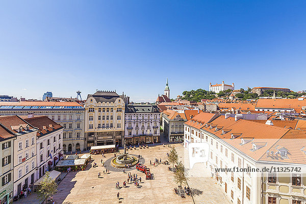 Slowakei  Bratislava  Blick zum Hauptplatz mit Maximilian-Brunnen in der Altstadt von oben