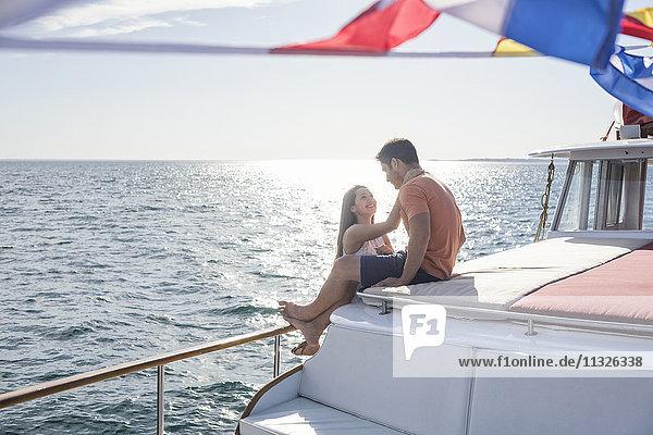 Junges Paar auf einer Bootsfahrt