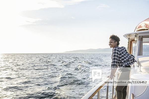 Lächelnde junge Frau auf einem Boot
