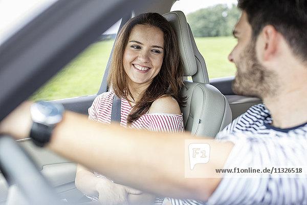 Paarfahren im Auto
