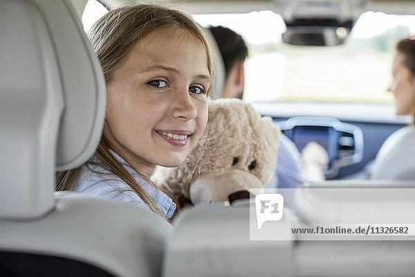 Glückliche Familie  die einen Roadtrip macht  Tochter  die auf die Kamera schaut