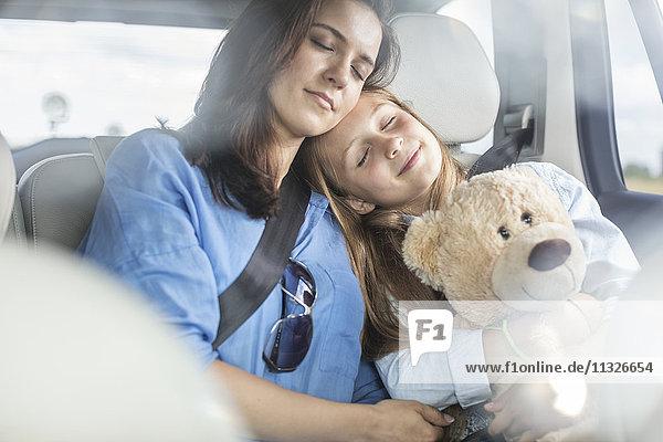 Mutter und Tochter auf Autoreise im Auto sitzend  schlafend