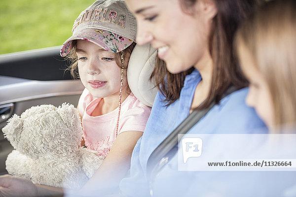 Mutter und Töchter auf Roadtrip sitzend im Auto