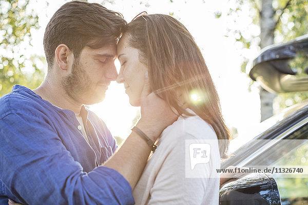 Ein Paar  das sich umarmt und küsst  während es unterwegs ist.