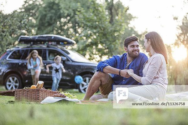 Fröhlich beim Picknick auf dem Roadtrip