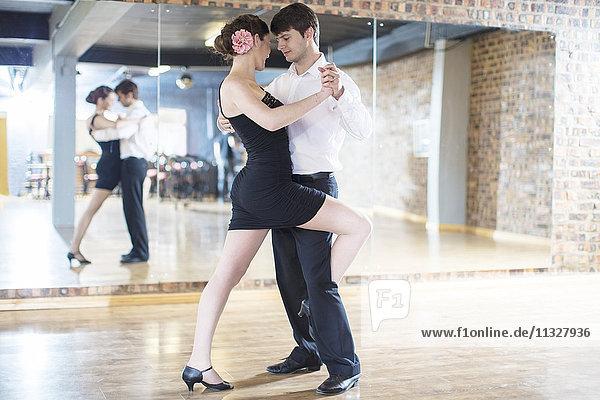 Paar tanzende Salsa im Studio