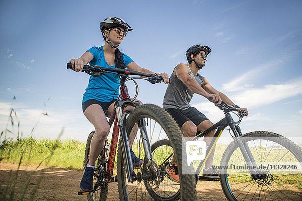 Junges Paar Mountainbiken in der Natur