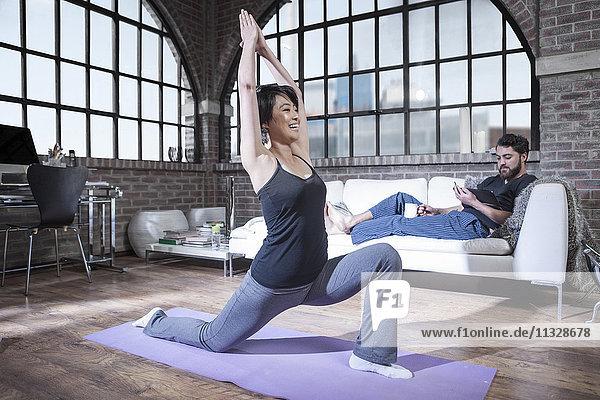 Lächelnde Frau beim Yoga im Studio