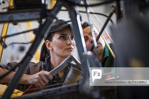 Mechaniker im Hangar bei der Reparatur von Leichtflugzeugen