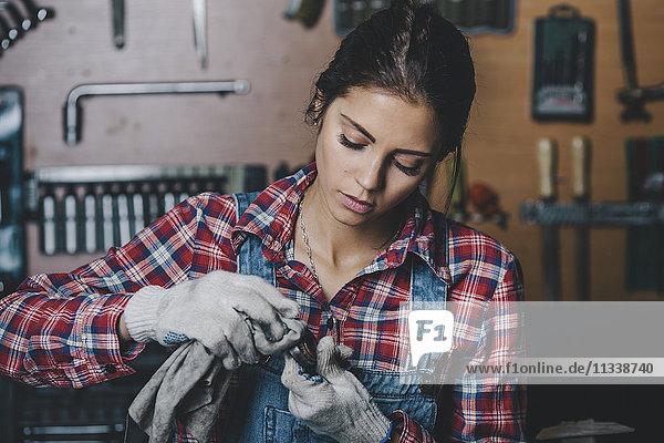 Mechanikerinnen-Reinigungsfahrzeugteil in der Werkstatt