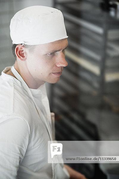 Hochwinkelansicht des Küchenchefs in der Bäckerei