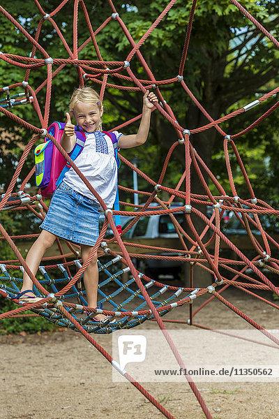 Blondes Mädchen auf dem Spielplatz  Kiel  Schleswig-Holstein  Deutschland  Europa