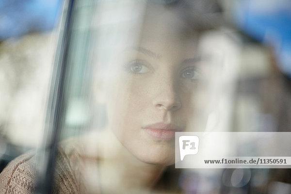 Junge Frau hinter einem Autofenster