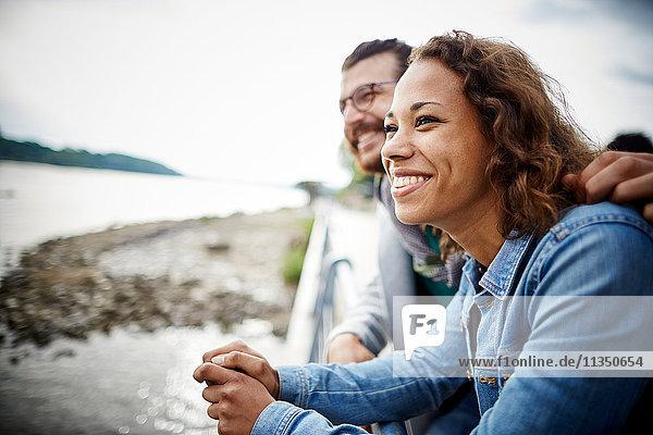Glückliches junges Paar am Flussufer