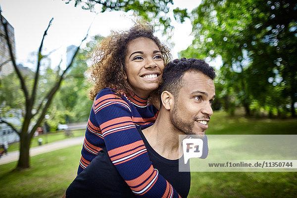 Glückliches junges Paar im Park