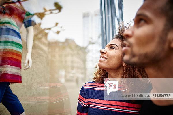 Junges Paar schaut in ein Schaufenster