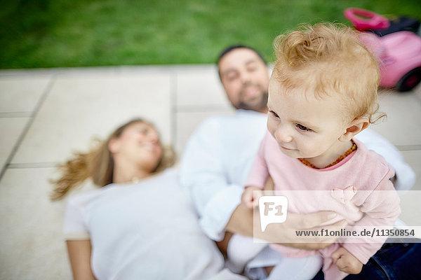 Eltern auf der Terrasse halten Baby