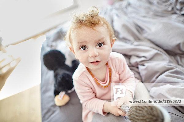 Portrait eines Babys im Schlafzimmer