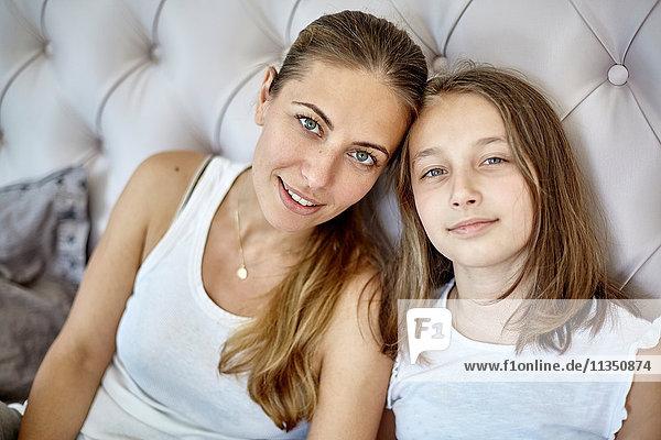 Portrait von Mutter und Tochter im Bett