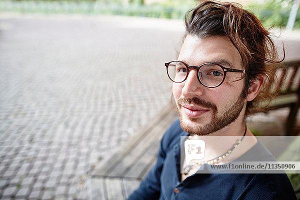 Portrait eines jungen Mannes im Freien