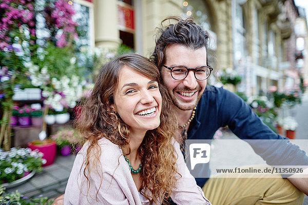 Portrait eines fröhlichen jungen Paares in der Stadt