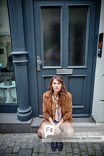 Portrait einer jungen Frau an einer Tür