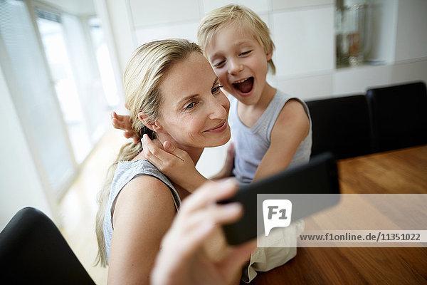 Mutter und Sohn schauen auf ein Handy