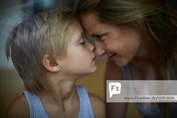 Mutter und Sohn Kopf an Kopf