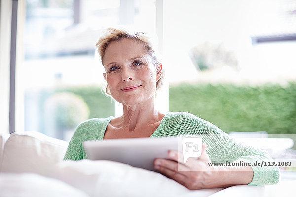 Reife Frau benutzt einen Tablet-PC