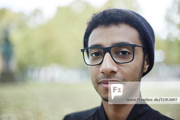 Portrait eines jungen Mannes mit Brille im Freien