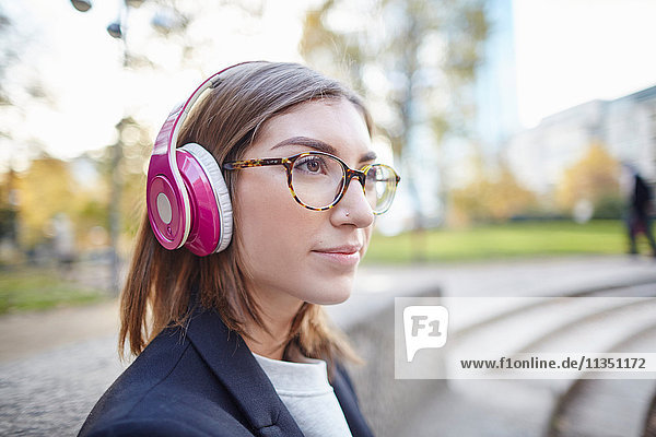 Frau mit Kopfhörern im Freien