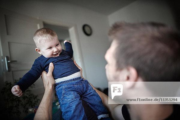 Vater hält sein Baby hoch