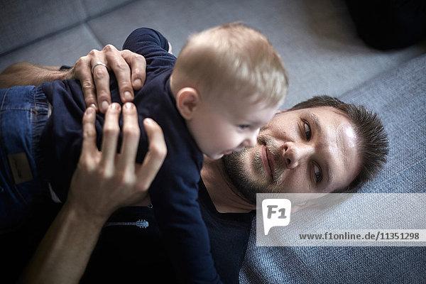 Entspannter Vater mit Baby Zuhause
