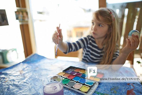 Mädchen malt mit Wasserfarben