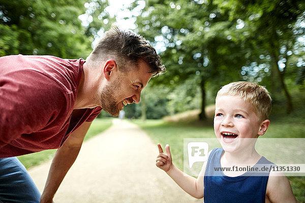 Fröhlicher Vater und Sohn im Park