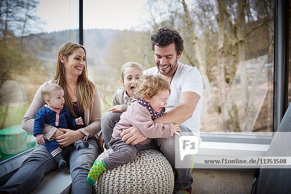 Fröhliche fünfköpfige Familie Zuhause