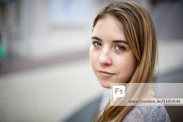 Portrait einer jungen Frau im Freien
