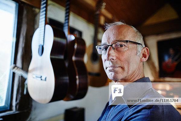 Portrait eines Gitarrenbauers in seiner Werkstatt