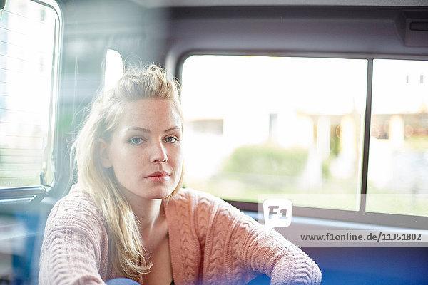 Portrait einer jungen Frau in einem Auto