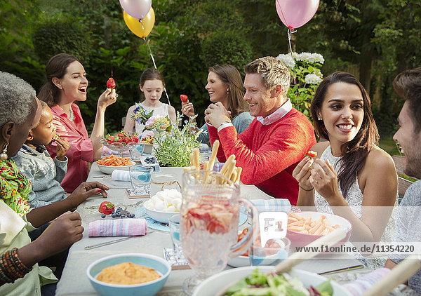 Familie und Freunde genießen Geburtstag Gartenparty auf der Terrasse Tisch