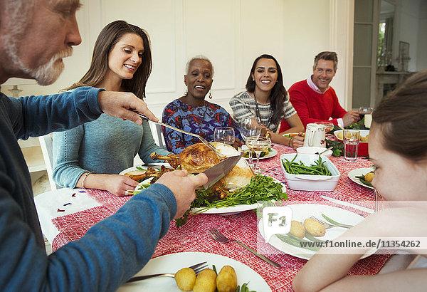 Familie genießt Weihnachts-Truthahn-Dinner am Tisch
