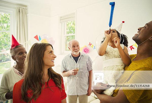 Multiethnische Familie feiert mit Partygeschenken