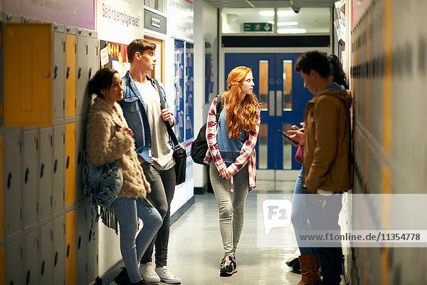 Fünf junge erwachsene Studenten warten in der Umkleidekabine des Colleges