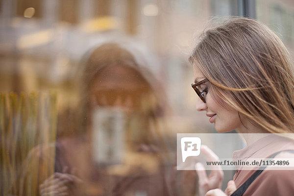 Schöne Frau schaut ins Schaufenster  Freiburg  Deutschland