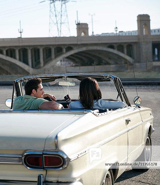 Rückansicht eines Paares in einem Cabriolet-Oldtimer  Los Angeles  Kalifornien  USA
