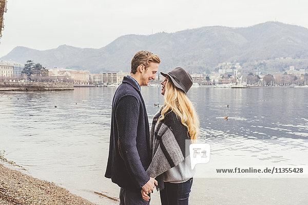 Romantisches junges Paar von Angesicht zu Angesicht am nebligen Comer See  Italien