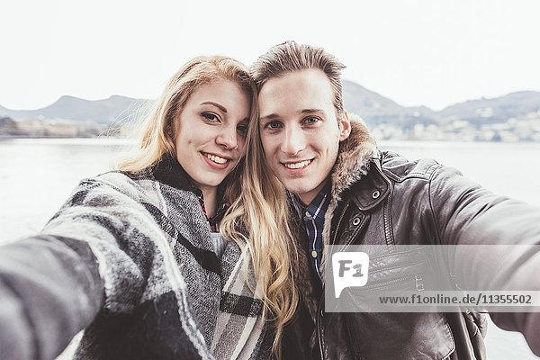 Porträt eines jungen Paares bei der Selbsthilfe  Comer See  Italien