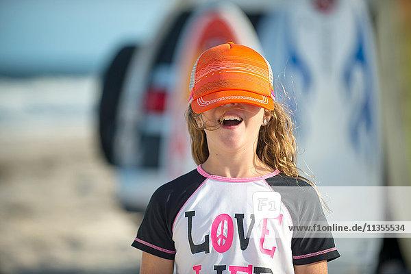 Porträt eines jungen Mädchens am Strand  Mütze bedeckt die Augen