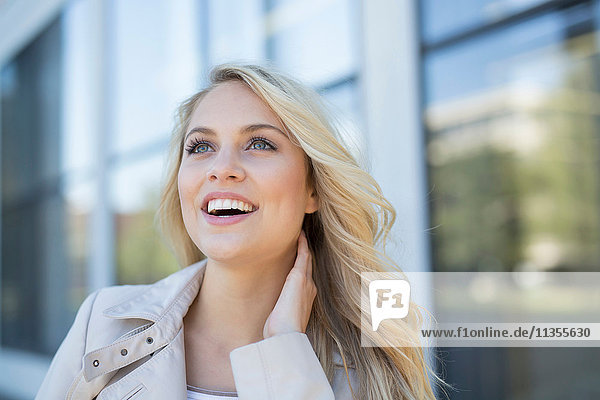 Porträt einer jungen Frau  im Freien  lächelnd